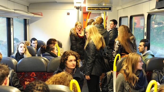 Overvolle treinen op de Maaslijn. In de ochtend- en avondspits schering en inslag.