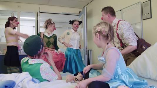 Meidenband K3 kwam voor opnames van het EO-programma Zet 'm Op op bezoek bij andere kinderen.