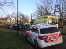 Meisje krijgt traumabeertje na botsing tussen auto en fietser in Apeldoorn