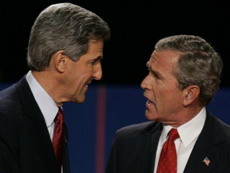 Zittend president George W. Bush haalt het van John Kerry.