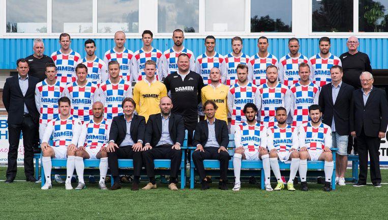 Staf en selectie van tweededivisieclub ASV De Dijk uit Amsterdam-Noord. Beeld Proshots