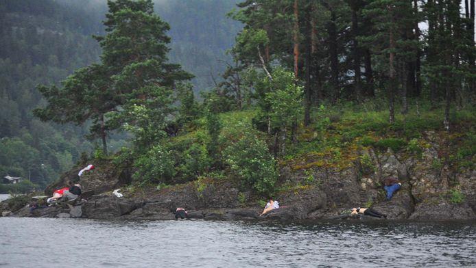 Slachtoffers van Breiviks slachtpartij op de oevers van Utoya.