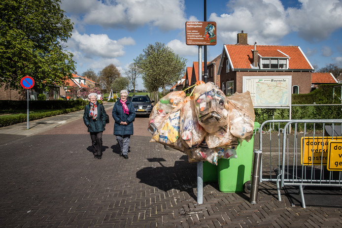Inwoners van Borsele bieden plastic en dankkartons nu nog apart aan in zakken, zoals hier in Lededorp.