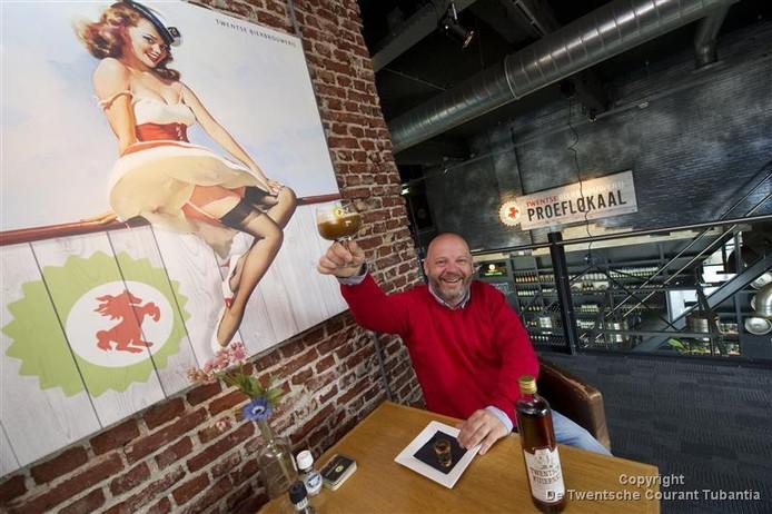 Eigenaar Frank Hendriks van de Twentse Bierbrouwerij schenkt zich nog maar eens een koffie met Kuiernat in.