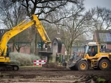 Loodzwaar kunstwerk bij oude Hartkampschool in Raalte stukje verplaatst voor woningbouw