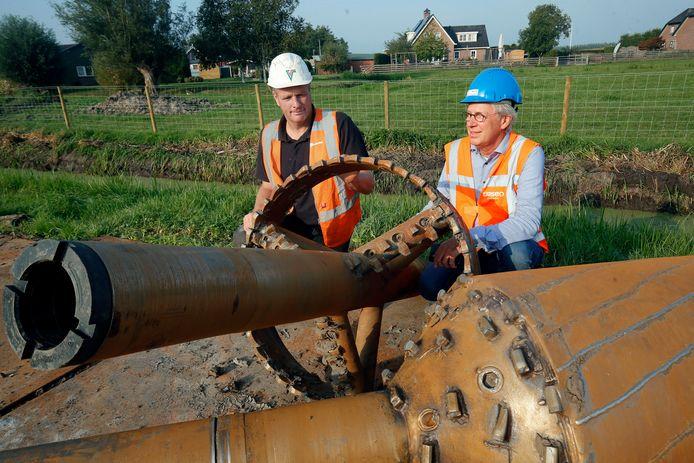 Boormeester Cor Versluis (links) en Nico de Wit, projectleider bij drinkwaterbedrijf Oasen, bij de ruimer.