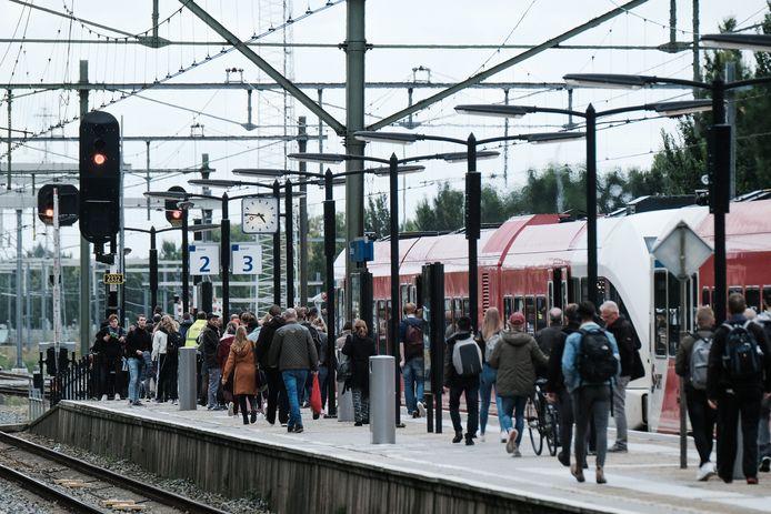 Passagiers vanuit de richting Arnhem stappen uit in Zevenaar.