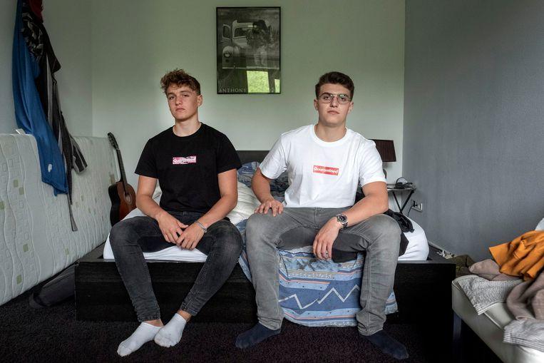 Ian (links) en Jamie Akkerman zijn middenin de coronacrisis hun eigen kledinglijn begonnen: Quarantined Together.    Beeld Merlin Daleman