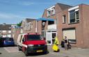 Een medewerker van de gemeente Breda ruimt een deel van de rommel in de Gerardus Majellabuurt op.