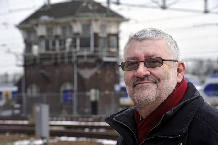 Kees Luijsterburg ziet zijn seinhuis volgende week op transport gaan. 'Het is goed, zo.' foto's Robert van den Berge/het fotoburo