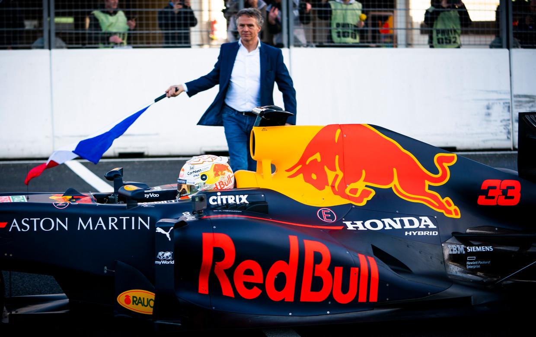 Jan Lammers vlagt Max weg op het vernieuwde circuit van Zandvoort.  Beeld Freek van den Bergh / de Volkskrant
