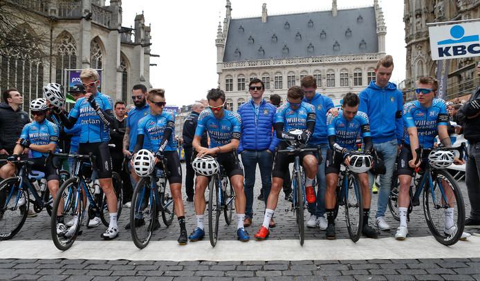 De renners van Veranda's Willems tijdens de minuut stilte op de Grote Markt in Leuven.