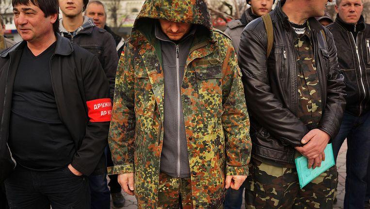 Pro-Russische strijdkrachten bij het beeld van Lenin in Simferopol. Beeld getty