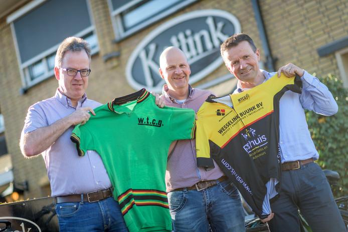 Jonnie Jeurink, Robert Westerhof en Roger Elsten van de Wieler Tour Club Geesteren met de clubtenues.