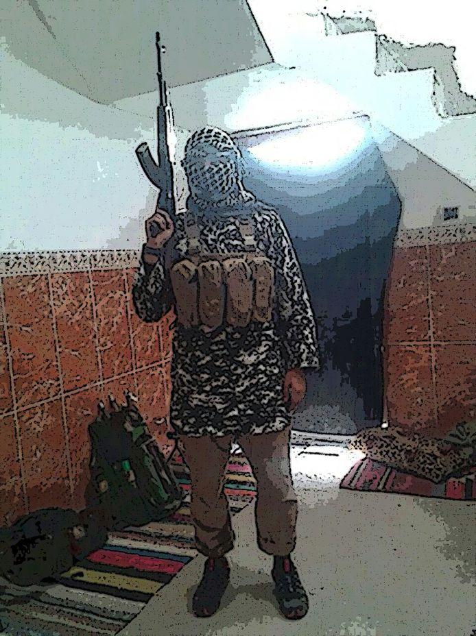 Omar H. in gevechtstenue. De man is tot 1,5 jaar cel veroordeeld omdat hij zich voorbereidde op de jihad