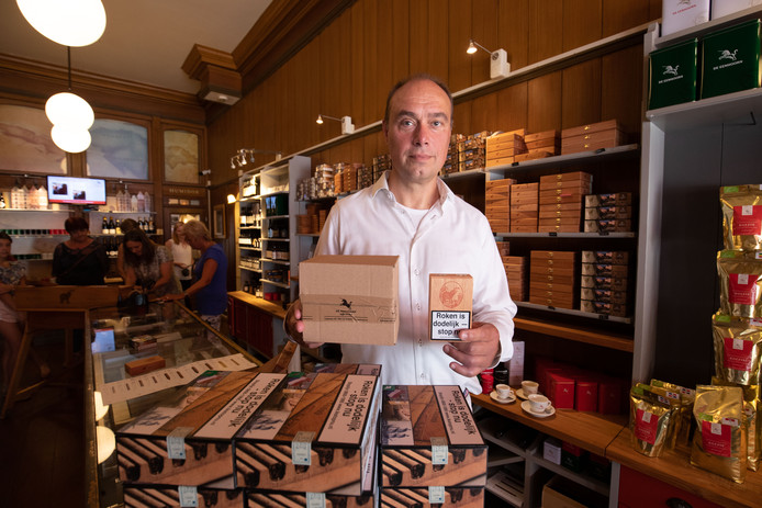 Sigarenfabriek De Olifant in Kampen krijgt opvallende steun van de PVV als het gaat om nieuwe wetgeving rond tabaksverpakkingen. Tot genoegen van directeur Thomas Klaphake.