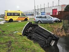 Auto in sloot na aanrijding in Waalwijk