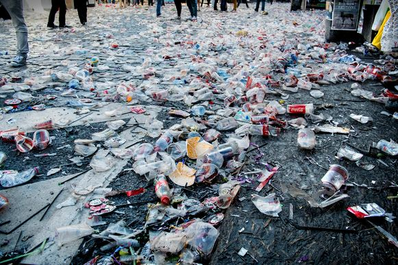 Wegwerpbekers zijn slap in de hand en vies op de grond. Nog veel erger: plastic dat zomaar weggegooid wordt, is slecht voor het milieu.
