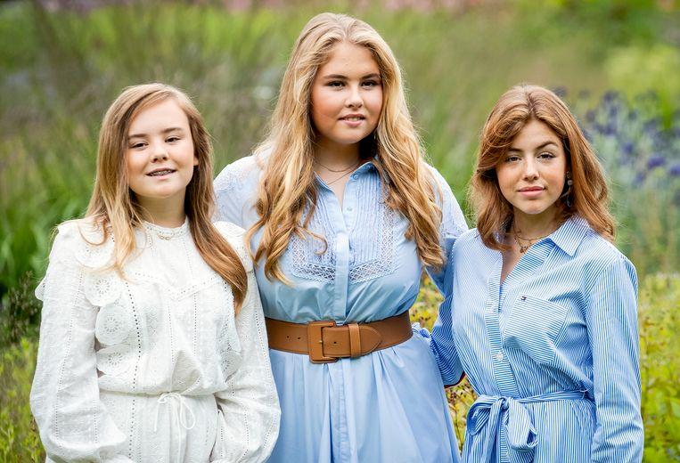 De prinsessen Ariane, Amalia en Alexia. Amalia en Alexia zijn zaterdag niet met de rest van de familie mee teruggevlogen naar Nederland, maar keerden dinsdagmiddag terug. Beeld ANP