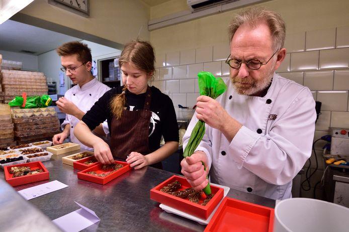 Peter van Driel maakt overuren om alle bestelde chocoladeletters op tijd af te hebben.