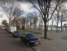 Kinderwagen met baby waait de Nieuwe Maas in