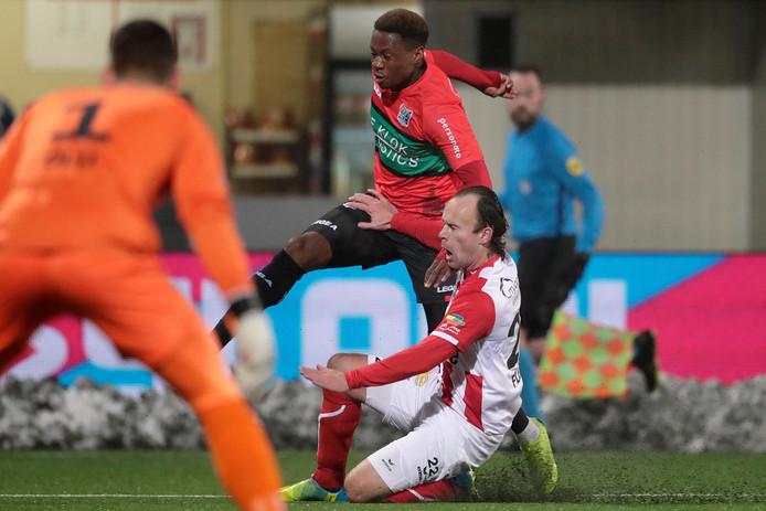 Jonathan Okita van NEC in duel met Niels Fleuren.