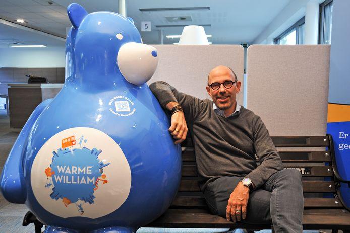 Schepen Piet De Bruyn bij Warme William, de mascotte van het project.