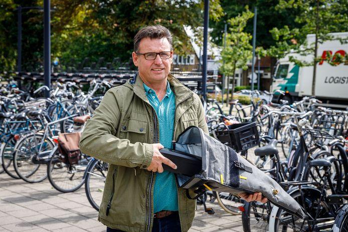 Dick van der Steeg, mede-eigenaar van Battery Control, met de speciale tas voor fietsaccu's.