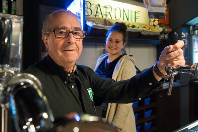Vrijwilliger Simon van Tilburg (Baronie) met op de achtergrond zijn kleindochter Amber Pijnenburg die ook achter de bar werkt. Foto René Schotanus/Pix4Profs