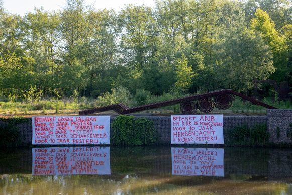 Het kunstwerk Flatbed Trailer van Wim Delvoye verhuist van Melle naar Middelkerke en daar is hij nogal misnoegd over.