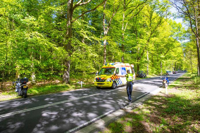 De motorrijder ging onderuit na een aanrijding met een ree op de Elspeterweg.