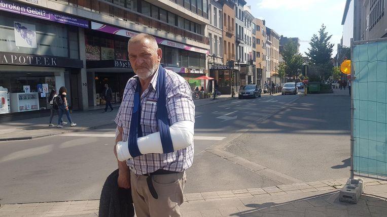 Eddy Brosius met zijn gebroken arm waarmee hij de slagen heeft afgeweerd.