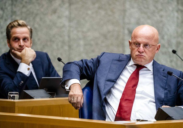 Hugo de Jonge (l), minister van Volksgezondheid en Ferdinand Grapperhaus, (Justitie) tijdens een debat over de aanpak van de coronacrisis. Beeld ANP
