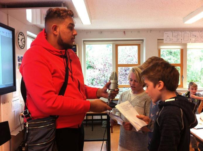 Dani rapt met leerlingen op de St. Pancratiusschool.