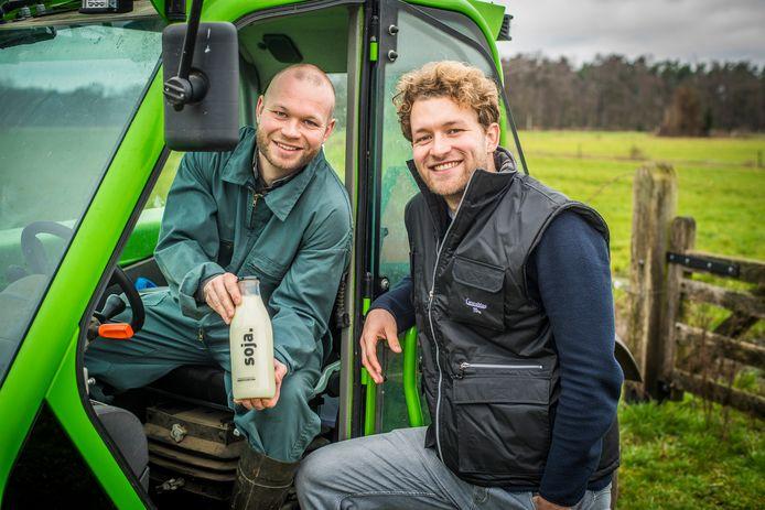 Bart (links) en Tom Grobben op het erf bij de boerderij bij Enschede met zelfgeteelde soja en de melk die ze ervan hebben gemaakt.