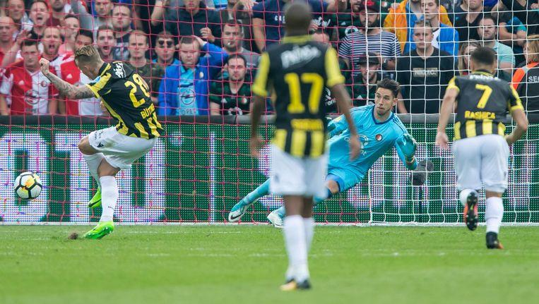 Alexander Büttner schiet de gelijkmaker binnen voor Vitesse. Beeld Proshots
