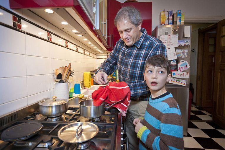 Martijn en zoon Ben stoppen in de oestersaus zes oesters per persoon. © Marc Driessen Beeld