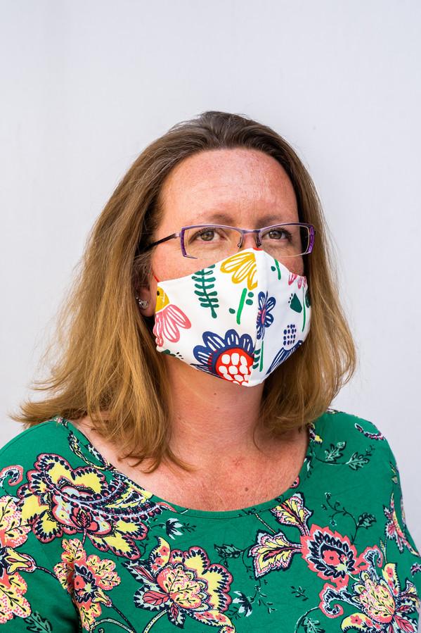 Mariska Vroom van De Haaknaald in Rheden met zelfgemaakt mondkapje.