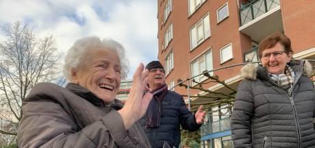 Felicitatiestoet in de winterkou voor jarige Dit (94)