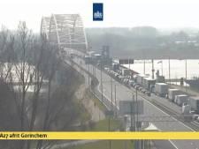 Vrachtwagen rijdt door slagboom bij Merwedebrug: weg korte tijd in beide richtingen dicht
