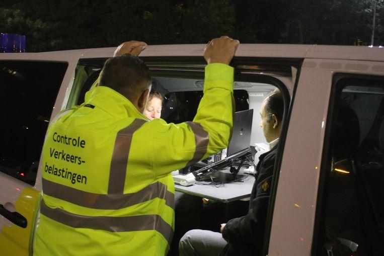 Mensen van VLABEL controleren de verkeersbelastingen.