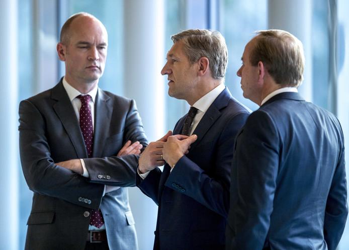 CDA fractievoorzitter Sybrand van Haersma Buma (M), fractievoorzitter van de SGP Kees van der Staaij (R) en Gert-Jan Segers, fractievoorzitter van de ChristenUnie praten in gesprek, 26 januari.