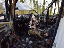 Geparkeerde bestelbus verwoest door brand