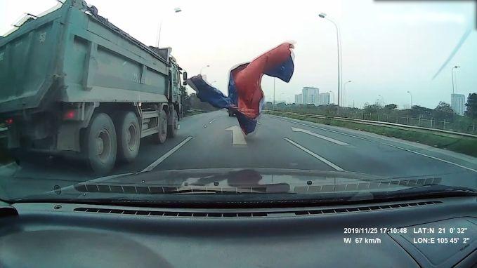 Dekzeil verblindt achterligger op autosnelweg