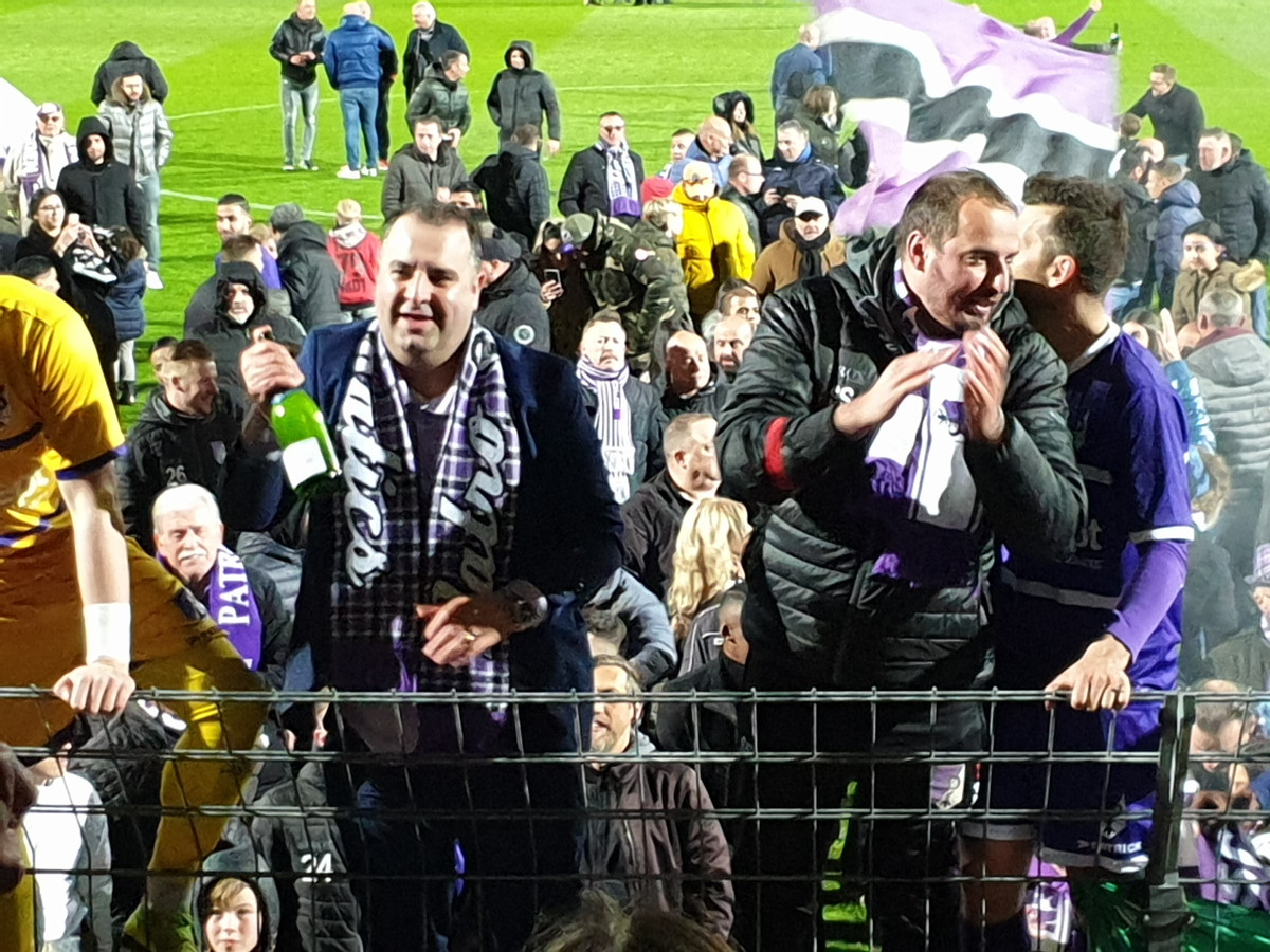 Salar Azimi viert het kampioenschap van Patro Eisden met de supporters.