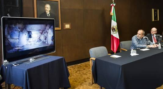De Mexicaanse archeoloog Arnaldo Gonzalez Cruz licht de ontdekking toe tijdens een persconferentie.