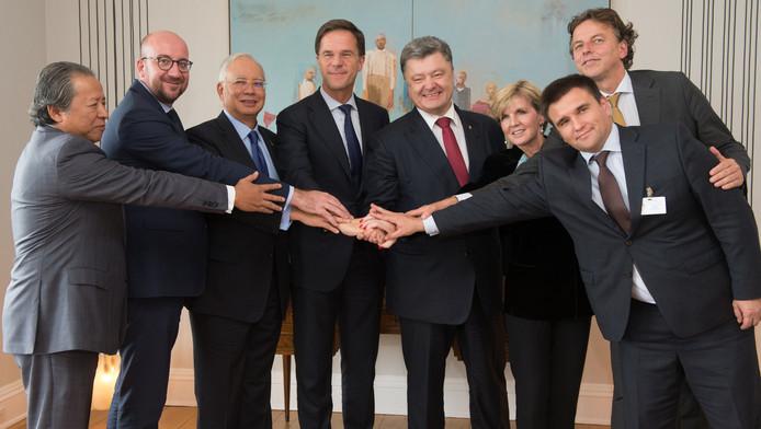 De foto van premier Mark Rutte met politieke leiders uit Maleisië, Australië, Oekraïne en België viel totaal verkeerd.