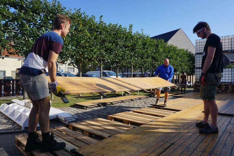 De opbouw van de 43ste editie van Leffingeleuren is in volle gang. Vrijwilligers zijn druk in de weer met het aanleggen van de dansvloer.