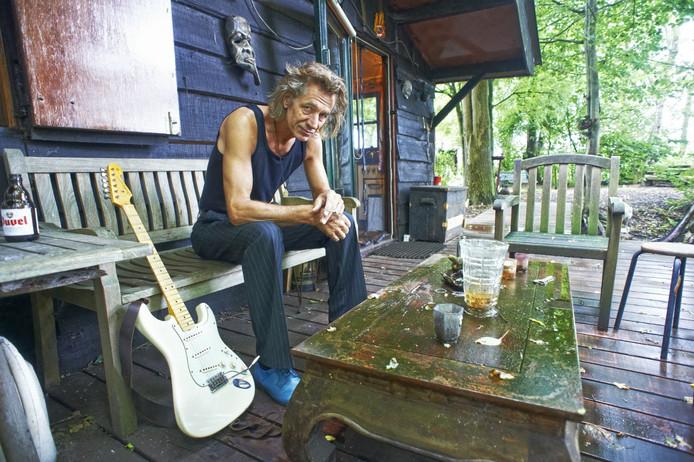 Muzikant Marcel van de Beeten bij zijn blokhut.