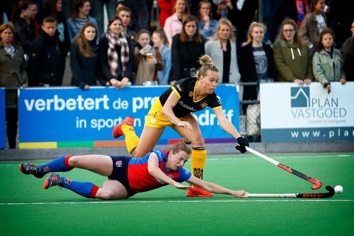 Lieke Hulsen in actie voor HC Den Bosch tegen SCHC.